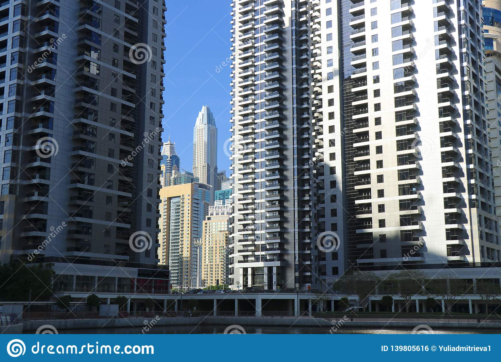 Scenisk sikt med skyskrapor av Jumeirah sjötornen, Dubai horisont, UAE