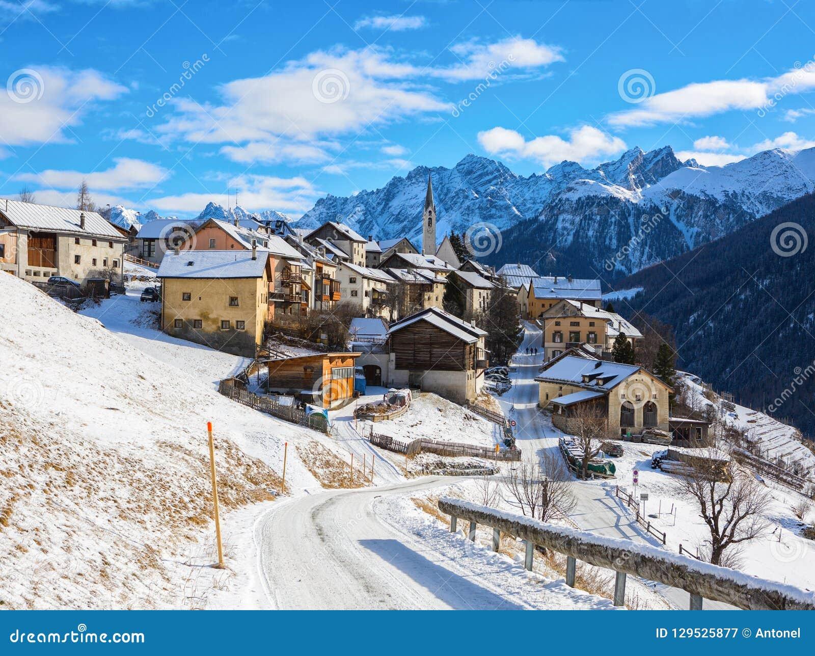 Scenisk sikt på den Guarda byn på en härlig solig dag i vintern, lägre Engadine, Graubunden, Schweiz