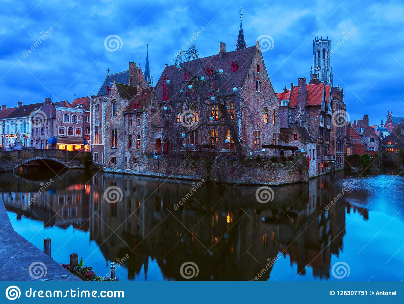 Scenisk sikt på gammal stad av Bruges på skymning, Belgien
