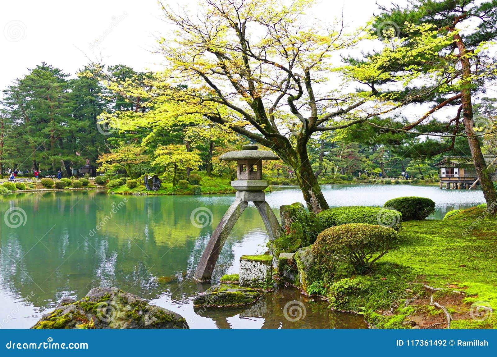 Scenisk traditionell japanträdgård Kenrokuen i Kanazawa, Japan i sommar
