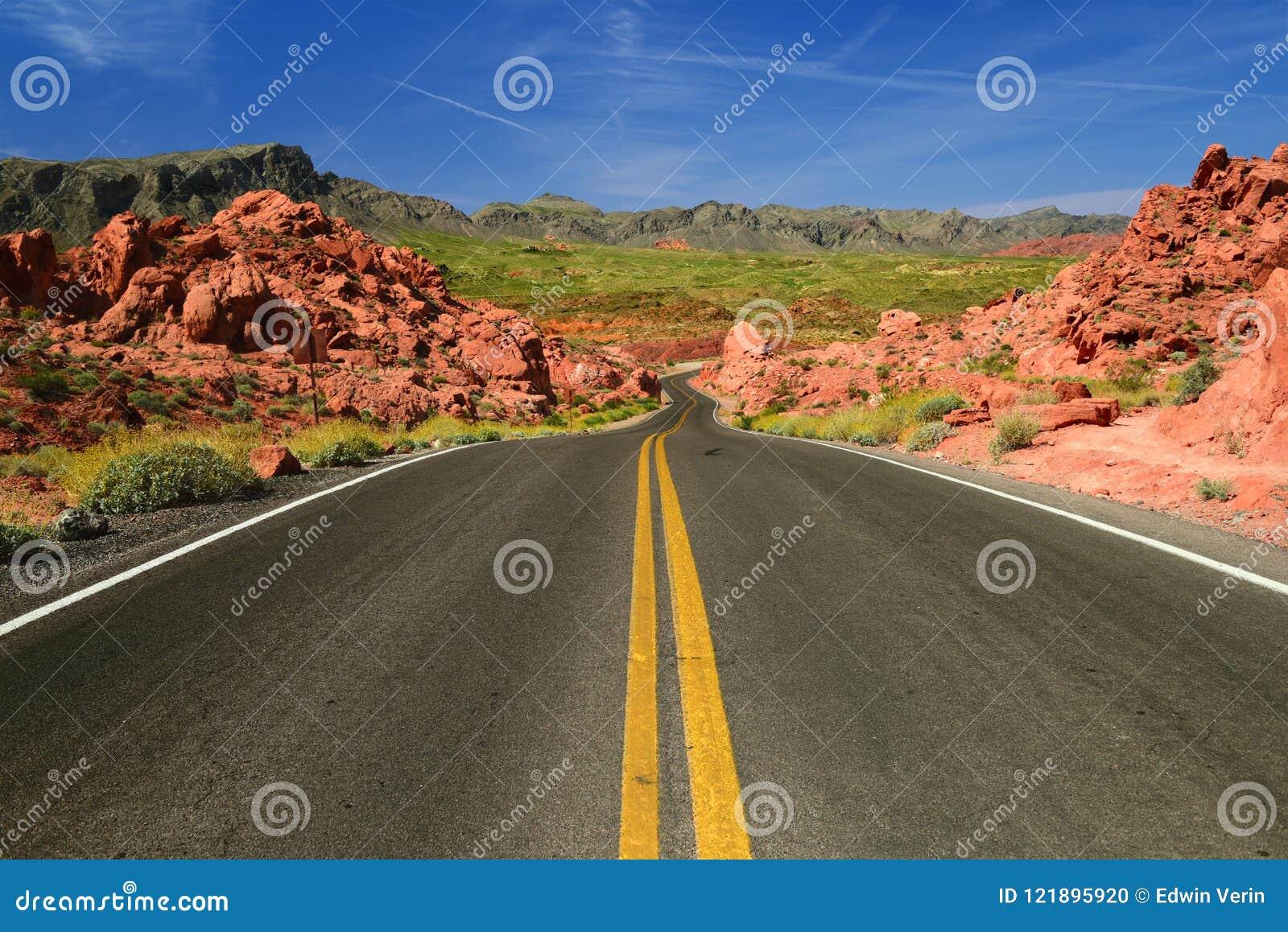 Scenisk väg i dalen av branddelstatsparken i Nevada USA