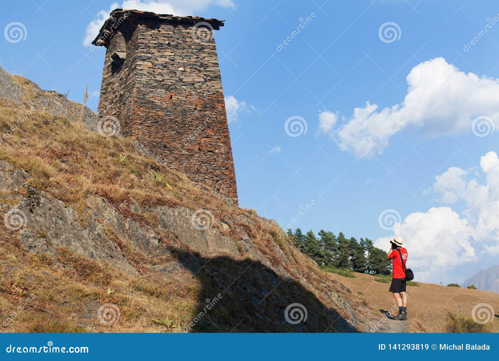 Sceniskt landskap av sommarmorgonen i de Kaukasus bergen Solen kom precis ut och exponerar forntida f?rd?rvar av Tushetian torn