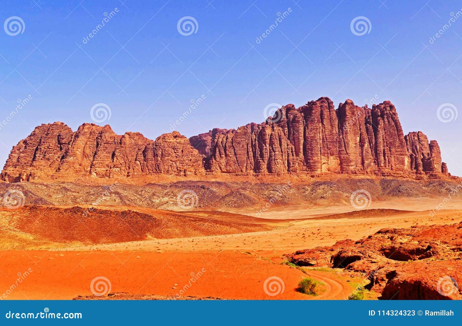 Sceniskt landskap Rocky Mountain i Wadi Rum Desert, Jordanien