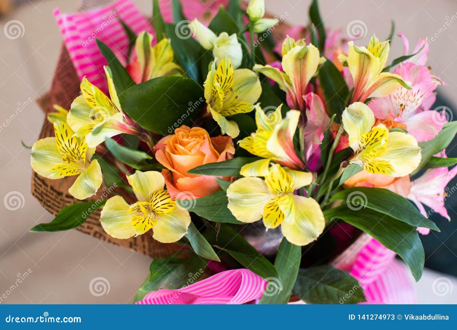 Schöner eleganter Sommerfrühlingsblumenstrauß mit Rosen und Alstroemerias