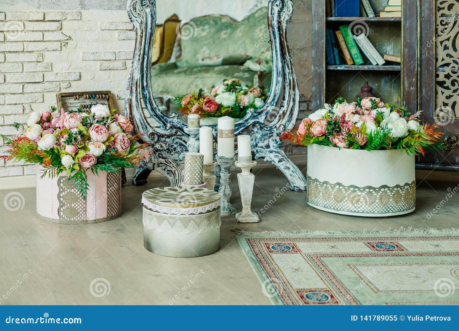 Schäbiger schicker Rauminnenraum Hochzeitsdekor, Raum verziert für schäbige schicke rustikale Hochzeit, mit vielen Kerzen, Blumen