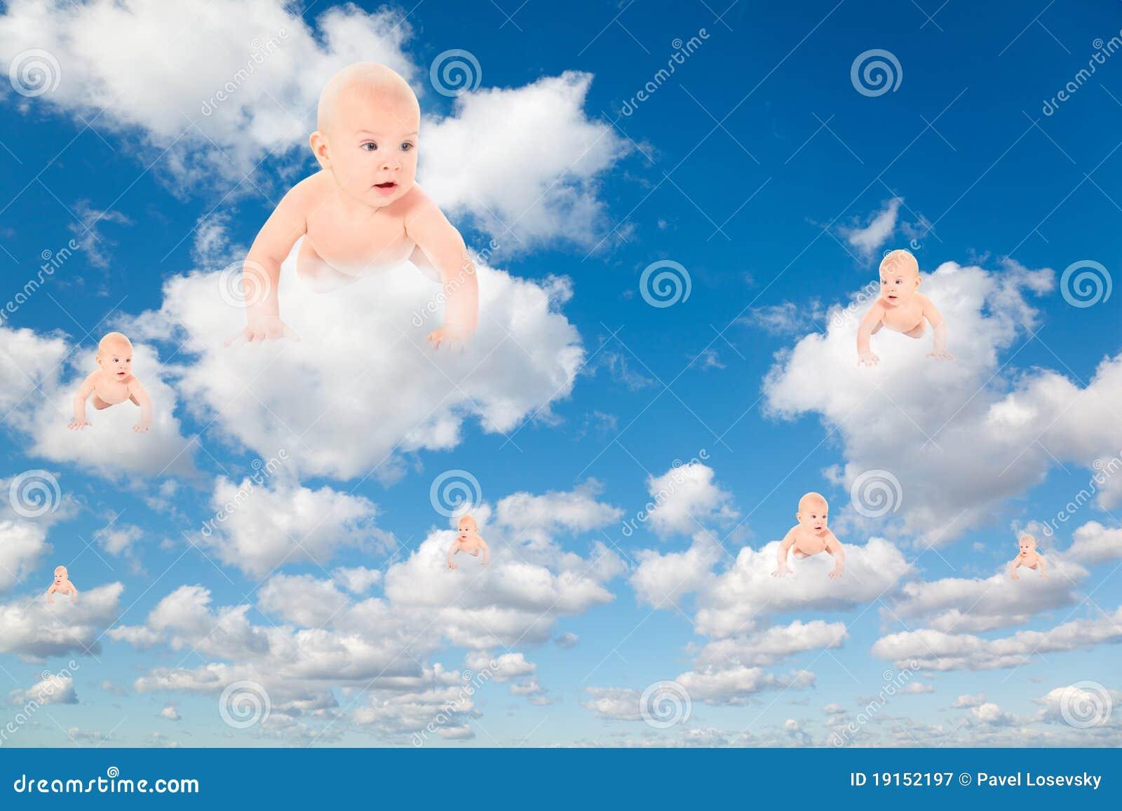 Schätzchen auf weißen Wolken in der Collage des blauen Himmels
