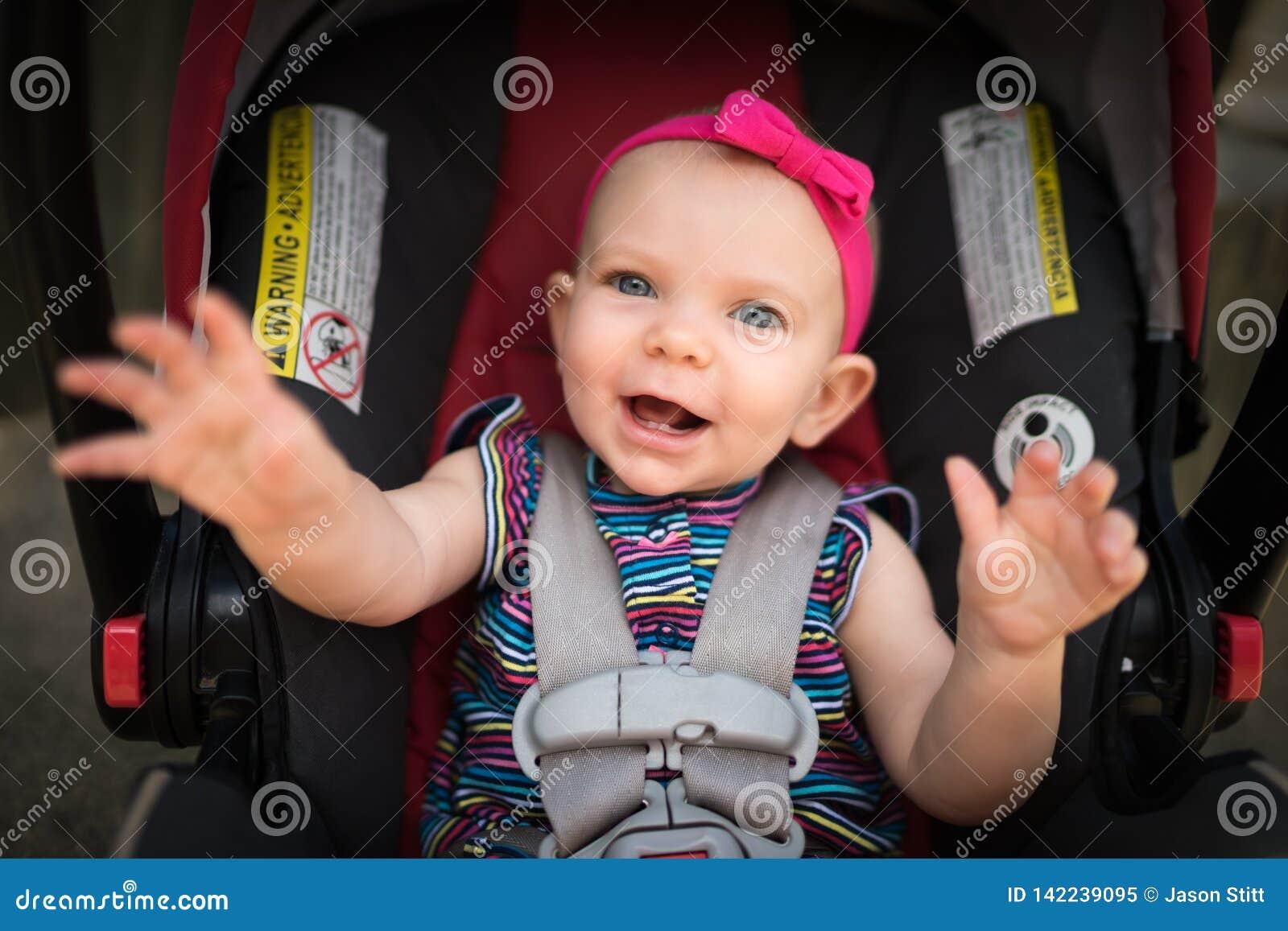 Schätzchen im Autositz