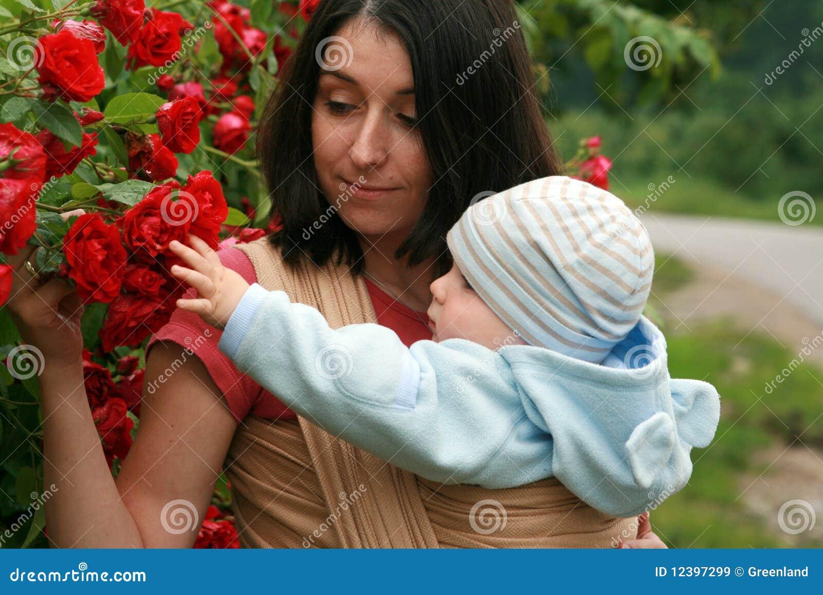 Schätzchen mit Mamma im Riemen