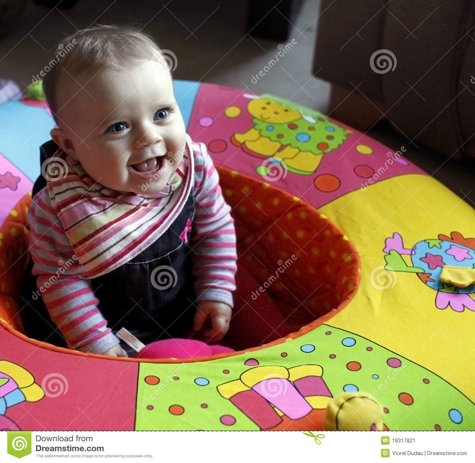 Schätzchenkind beim Playpenlachen