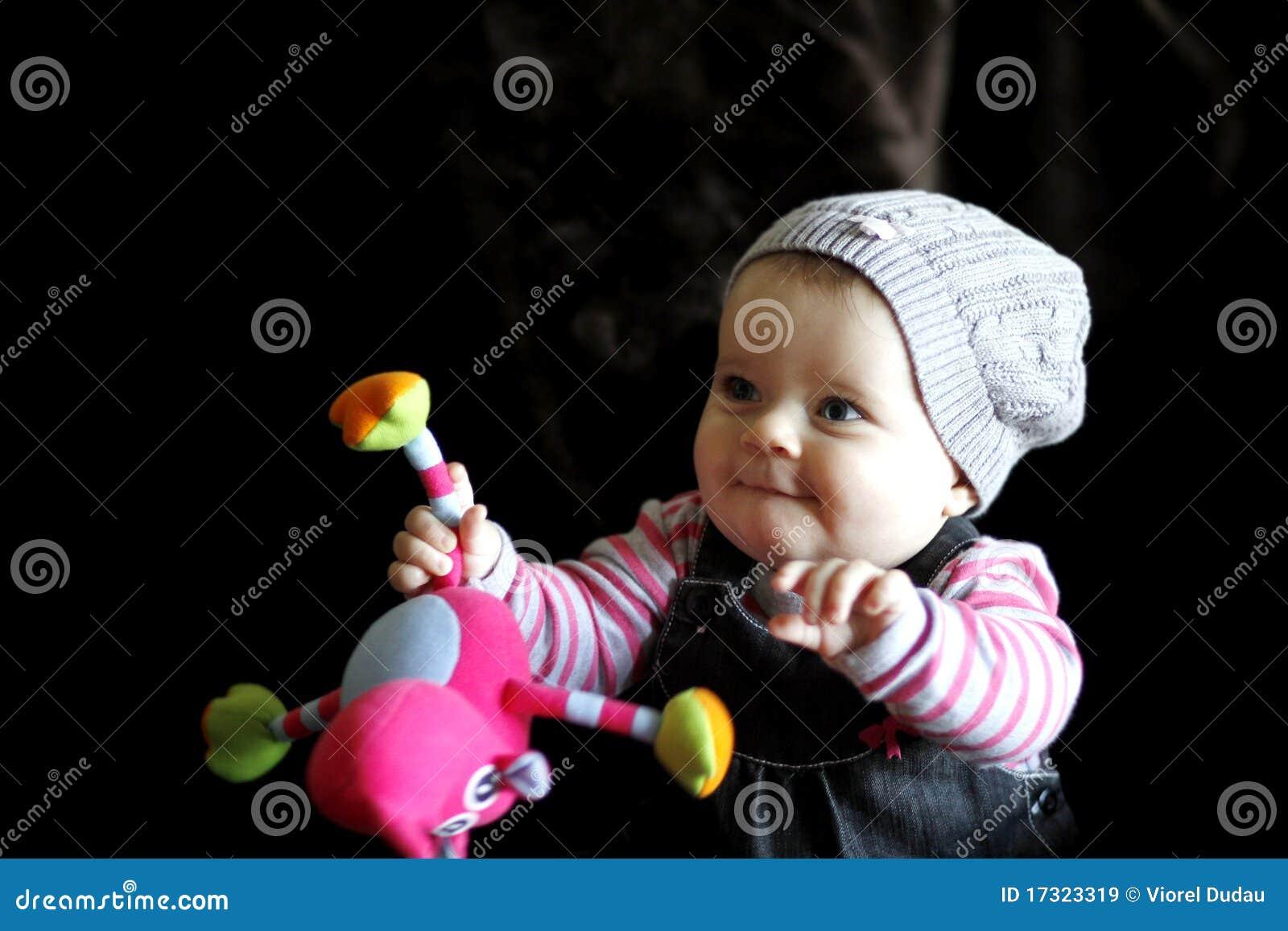 Schätzchenkind, das mit Spielzeug spielt