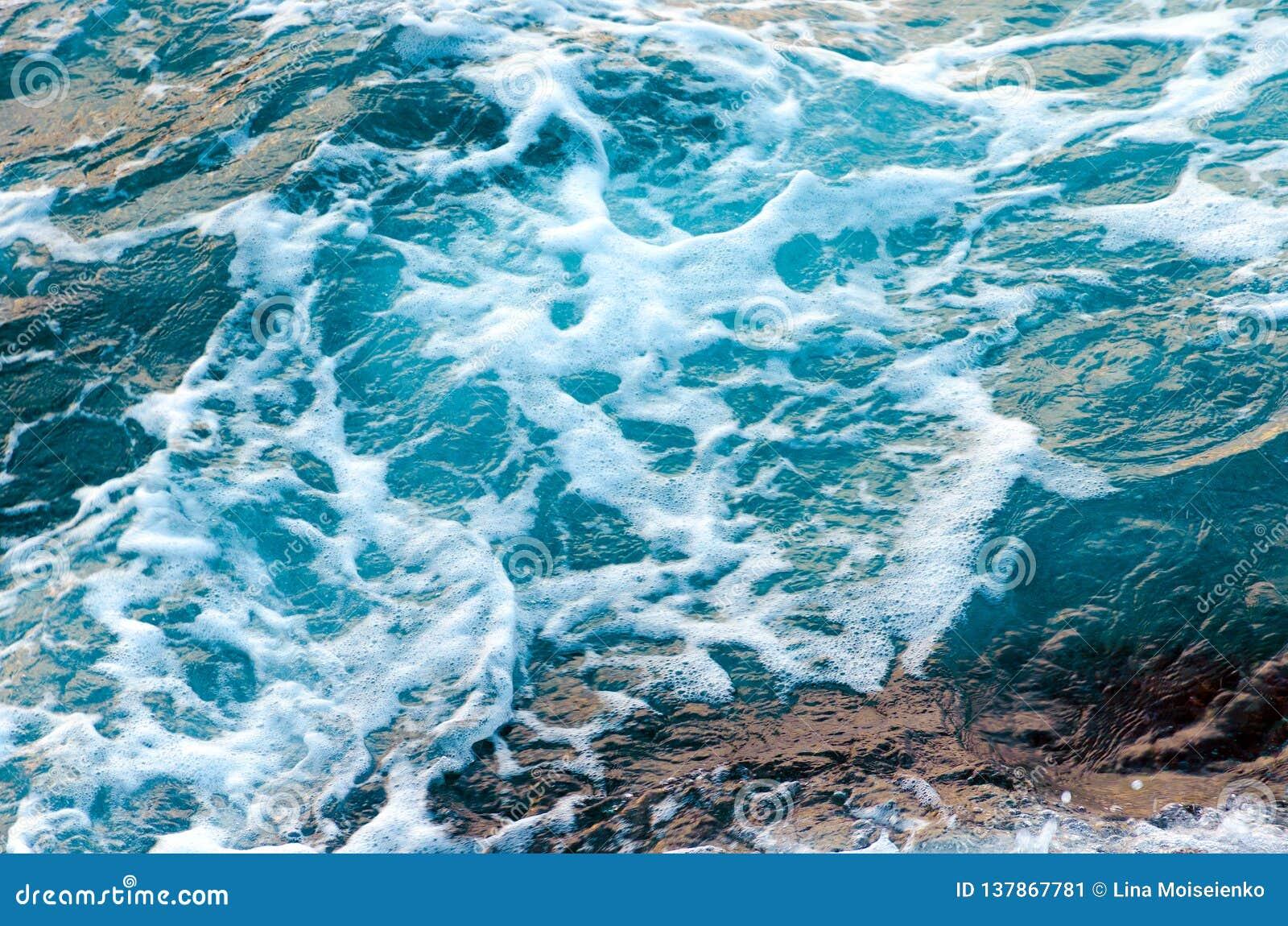 Schäumende Wasserwellen in dem Ozean, Ansicht von oben