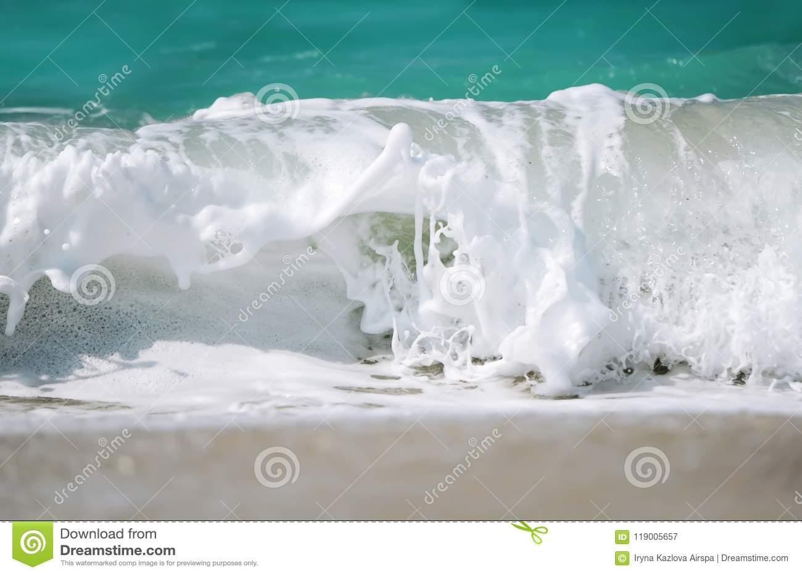 Schäumende Welle von blauem Ozean Strand und tropischer Seeweißschaum