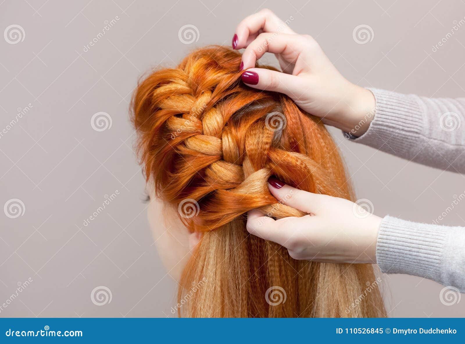 Schön, mit lang, spinnt rothaariges haariges Mädchen, Friseur eine Borte, Nahaufnahme