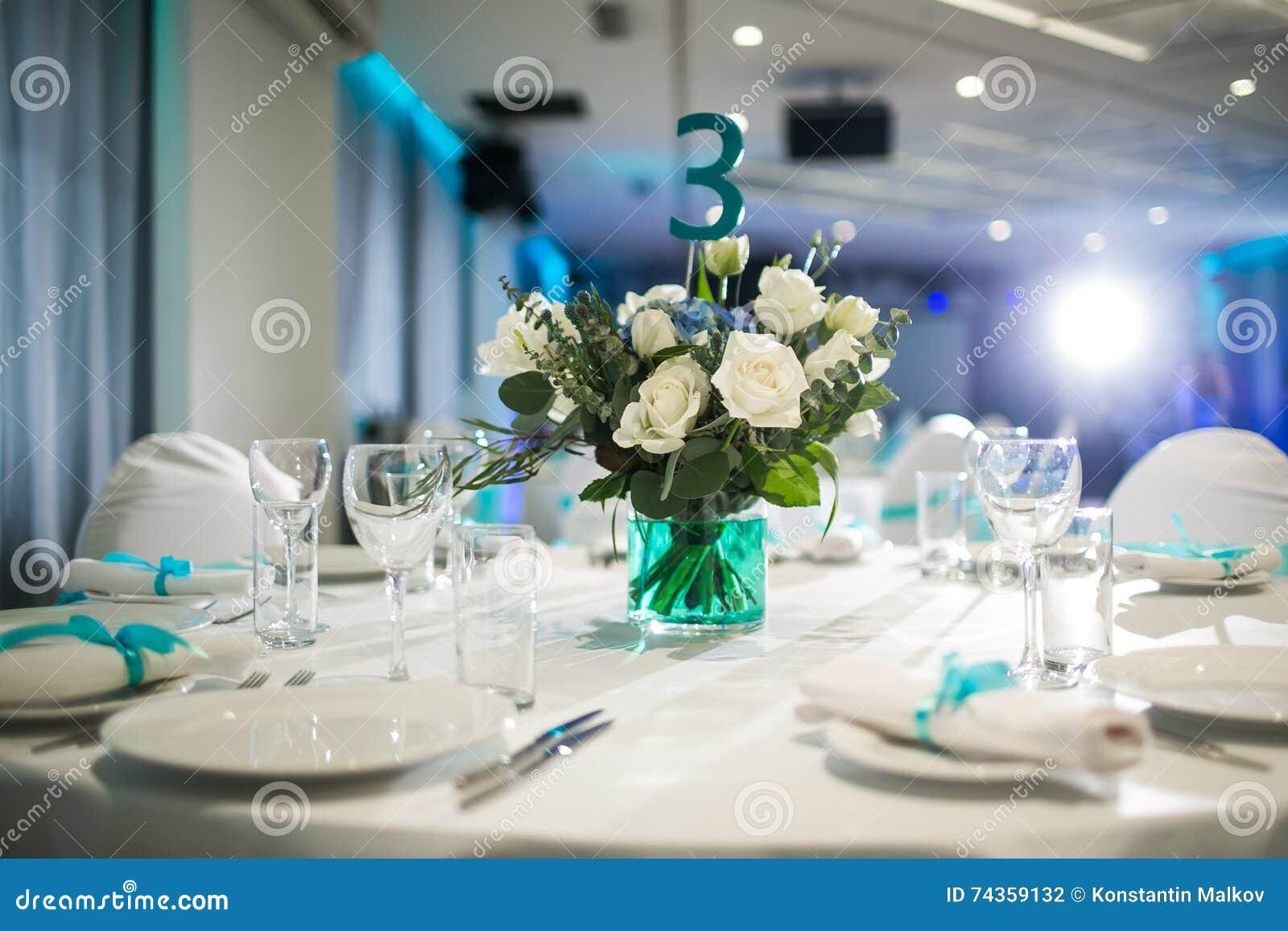 Schön organisiertes Ereignis - gediente Bankettische bereit zu den Gästen
