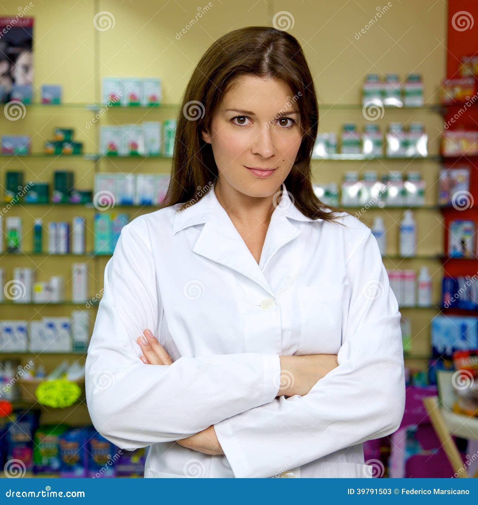 Schöne Ärztin, die in der Apotheke lächelt