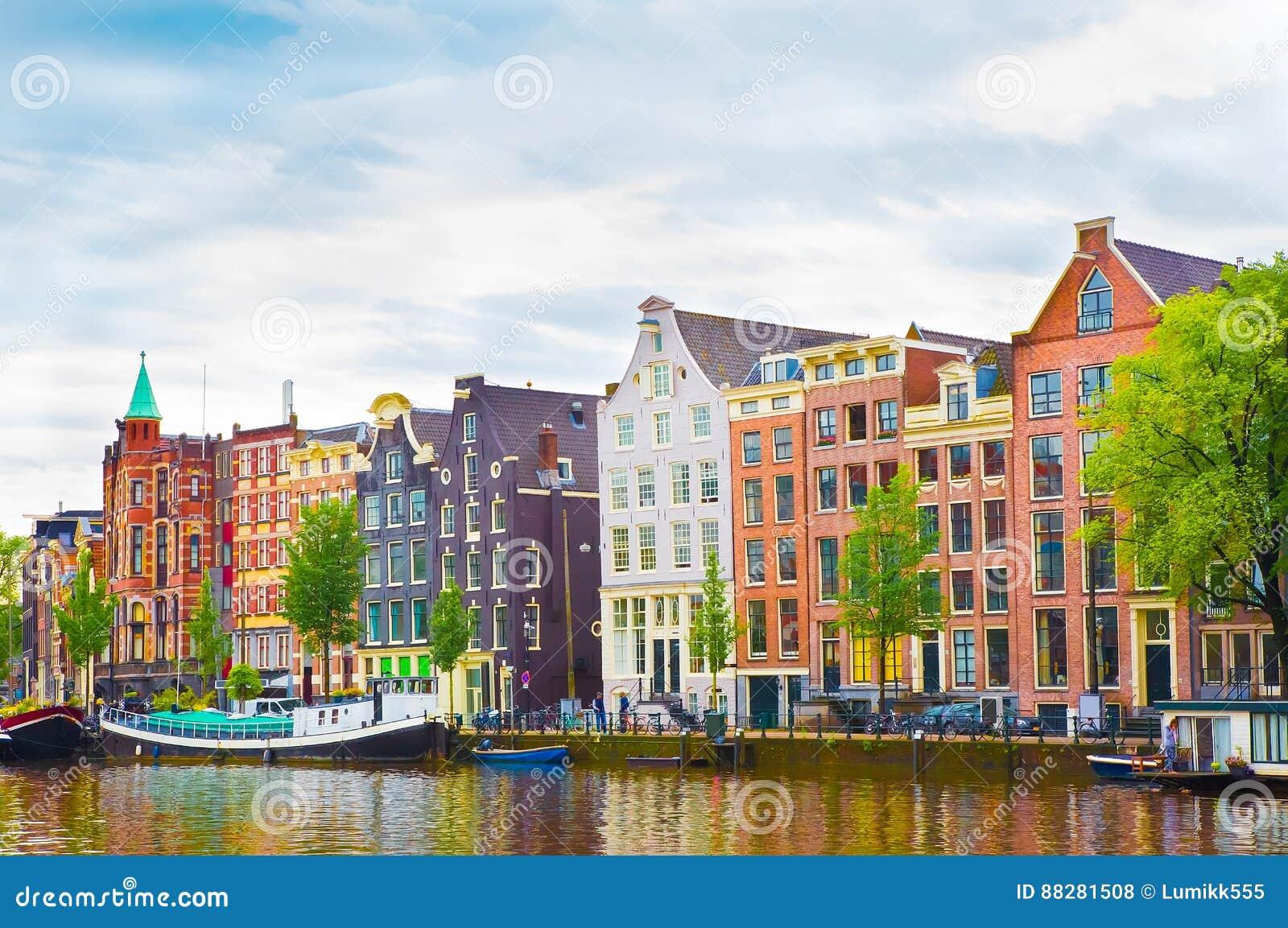 Schöne Ansicht der bunten okd Fassaden, die in Amsterdam errichten