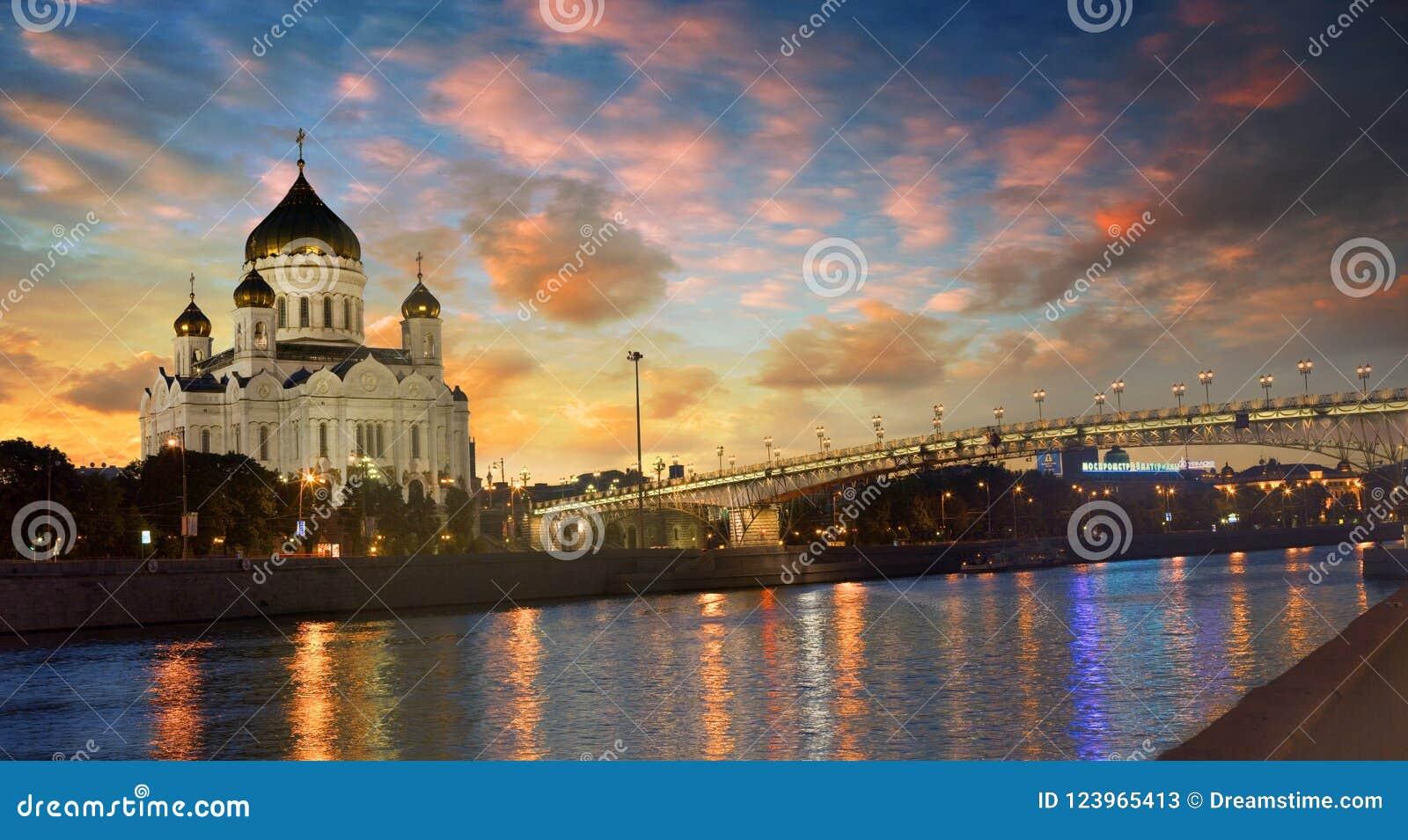 Schöne Ansicht der Kathedrale von Christus der Retter in Moskau am Abend