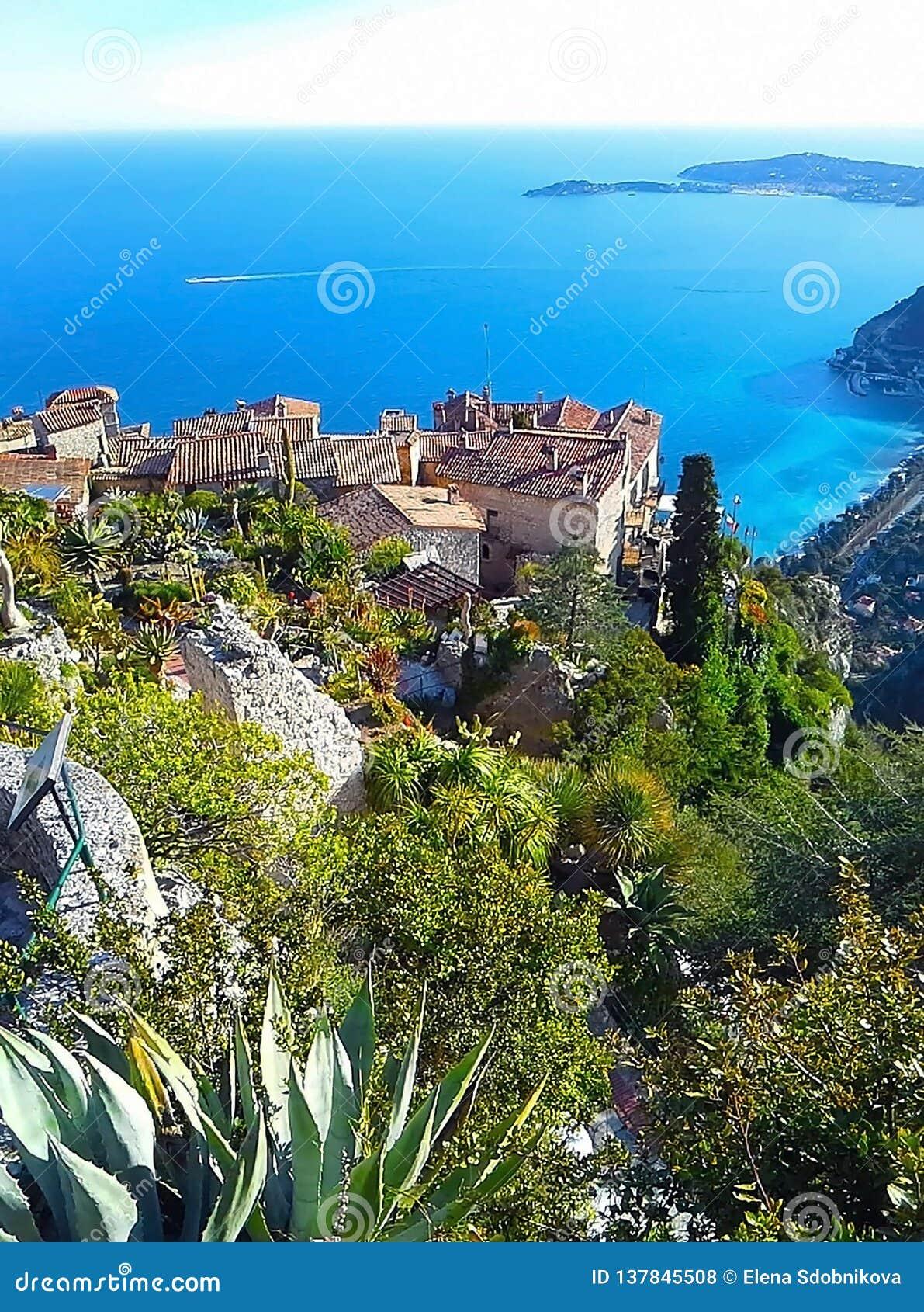 Schöne Ansicht des Dorfs von Eze, ein botanischer Garten mit Kakteen, Aloe Mittelmeer-, französisches Riviera, Cote d Azur, Frank