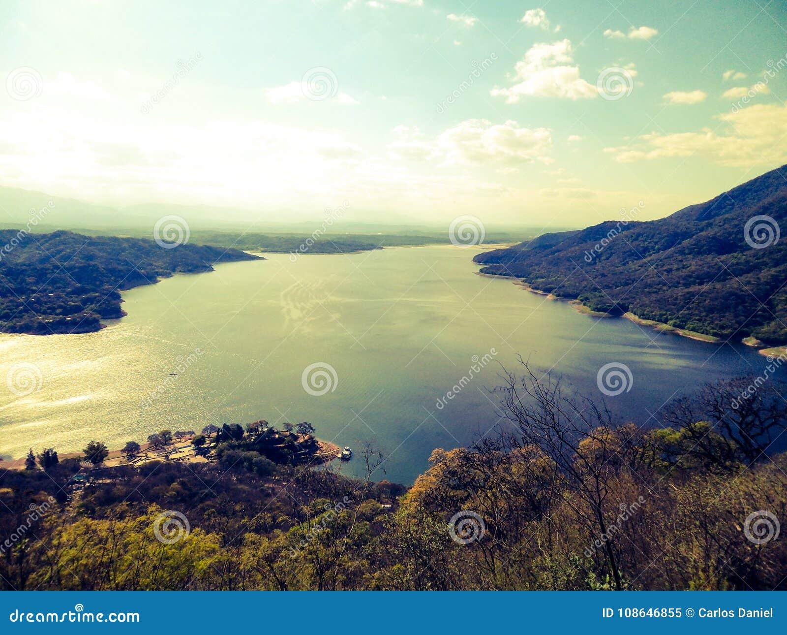 Schöne Ansicht des Flusses von einem Sessellift in Carlos Paz in Cordoba Argentinien