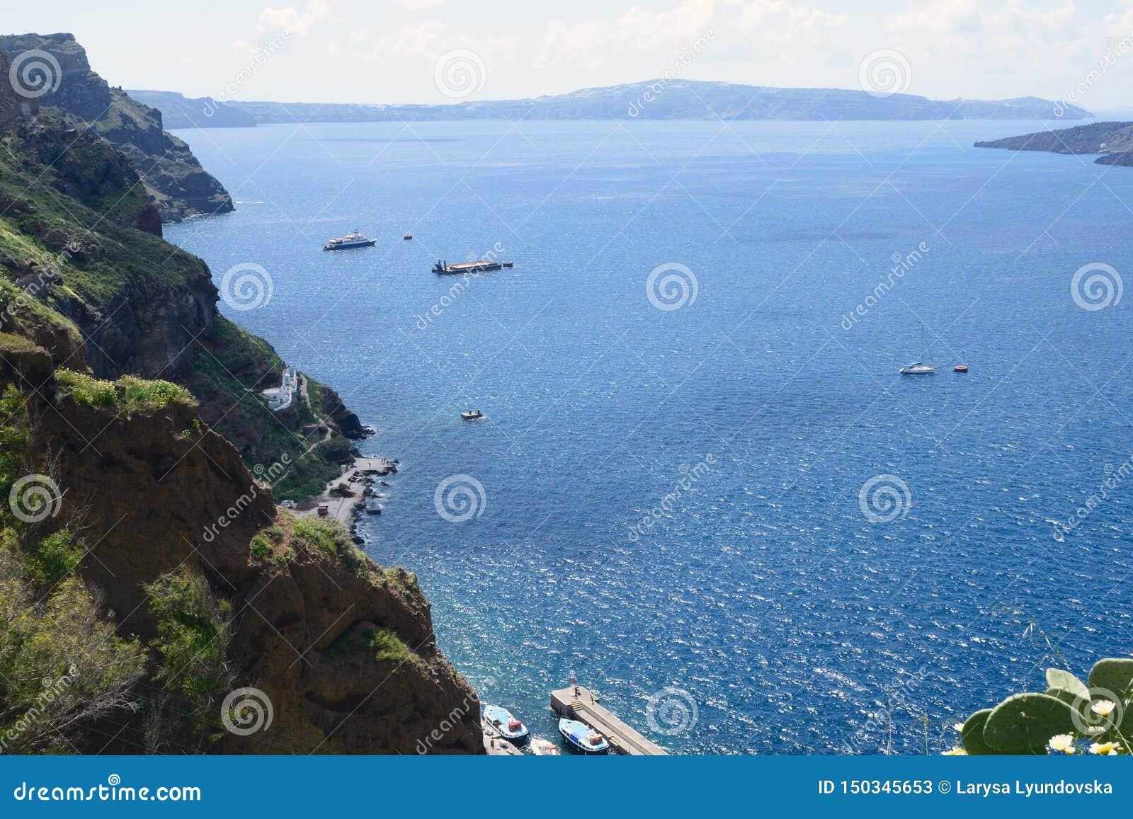 Schöne Ansicht des Meeres, der Yachten und der Berge bedeckt mit Blumen
