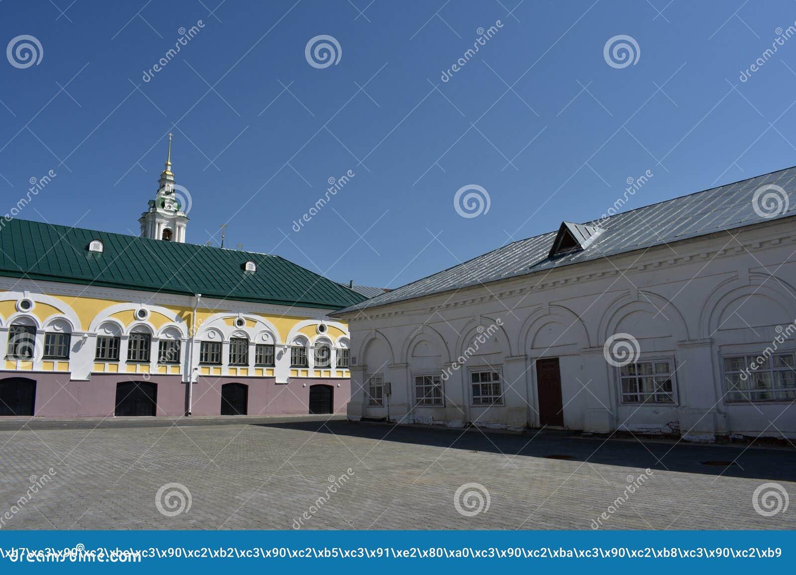 Schöne Ansicht Kostroma des Einkaufssäulengangs öffnet sich vom Quadrat, vom weißen Säulengang, vom Glockenturm und von der Haube
