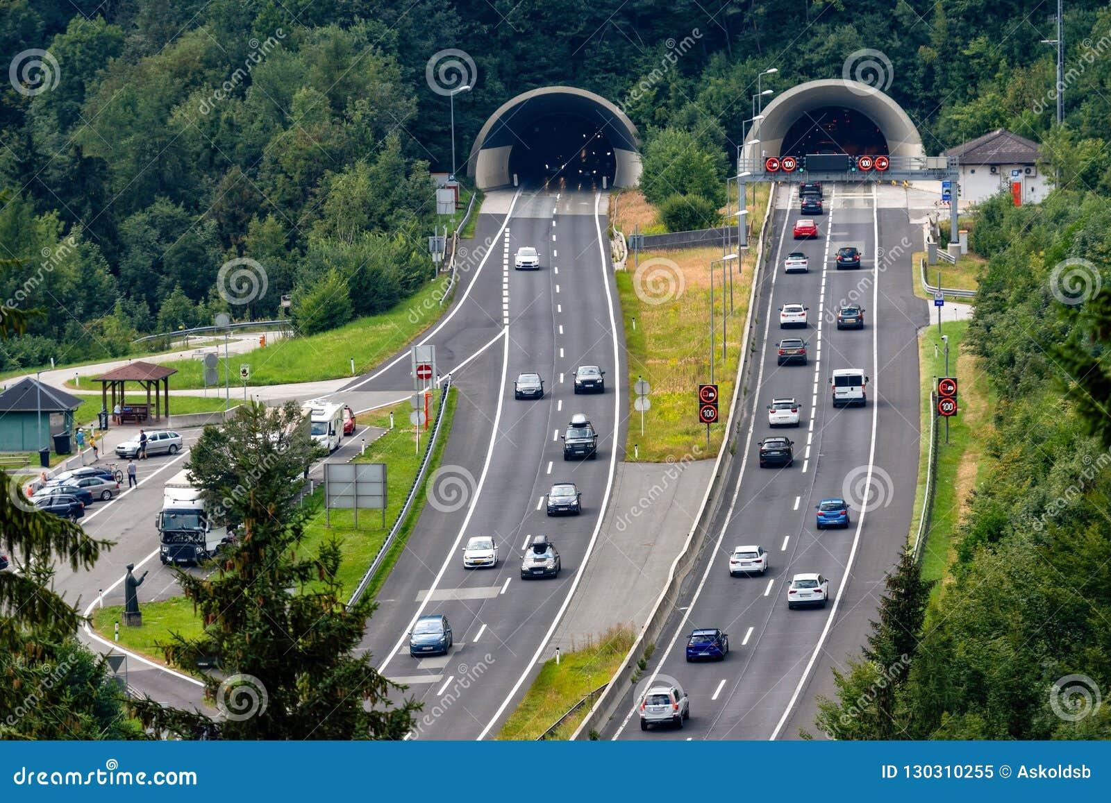 Schöne Ansicht von Bergen und von Eingang zum Autobahntunnel nahe Dorf von Werfen, Österreich