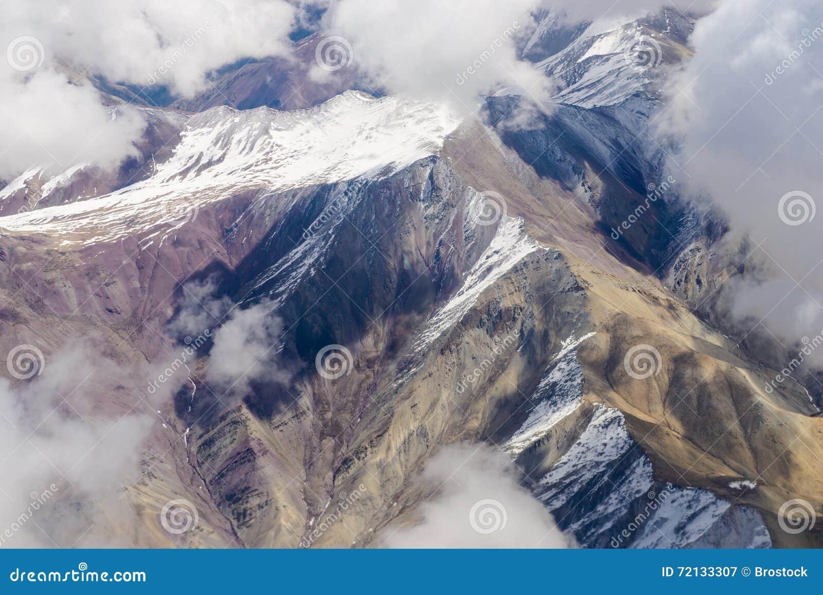 Schöne Ansicht von den Flugzeugen zu den Bergen von Himalaja