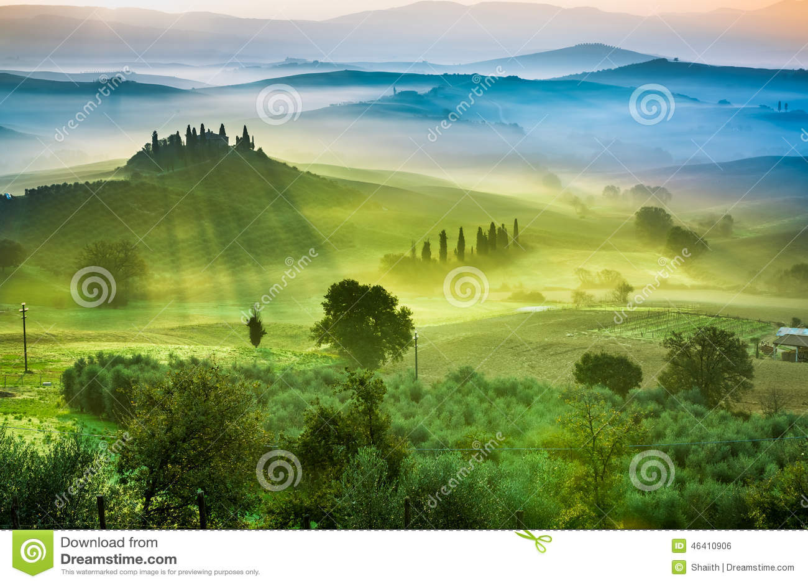 Schöne Ansicht von Grünfeldern und -wiesen bei Sonnenuntergang in Toskana