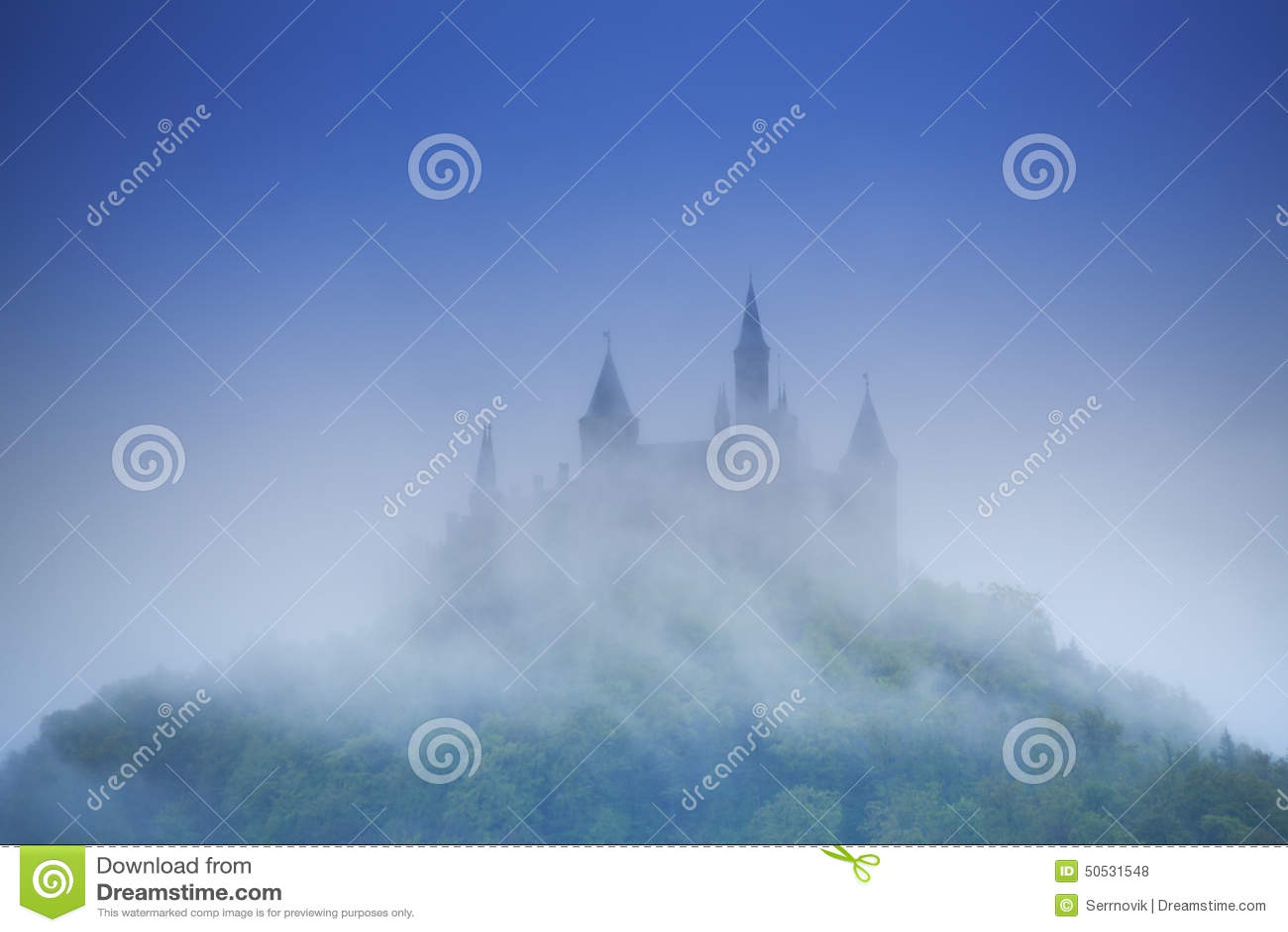 Schöne Ansicht von Hohenzollern-Schloss im Dunst