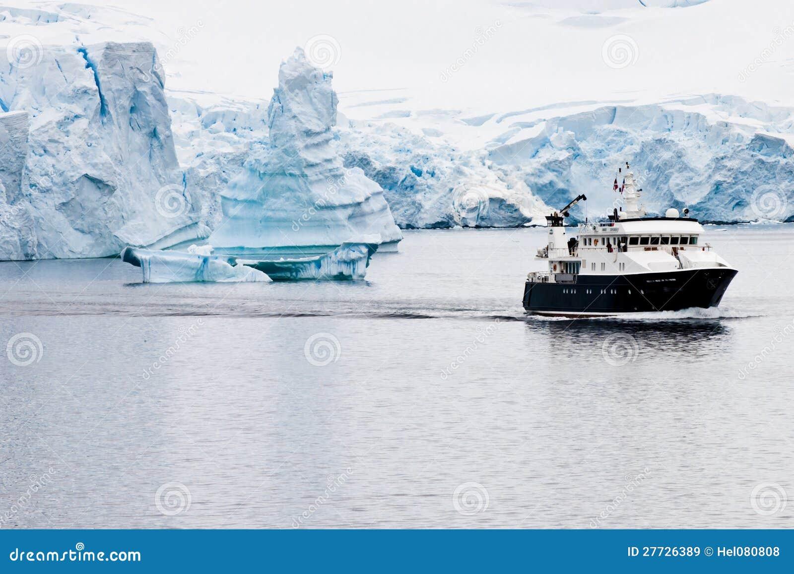 Schöne antarktische Eisberge mit Forschungslieferung