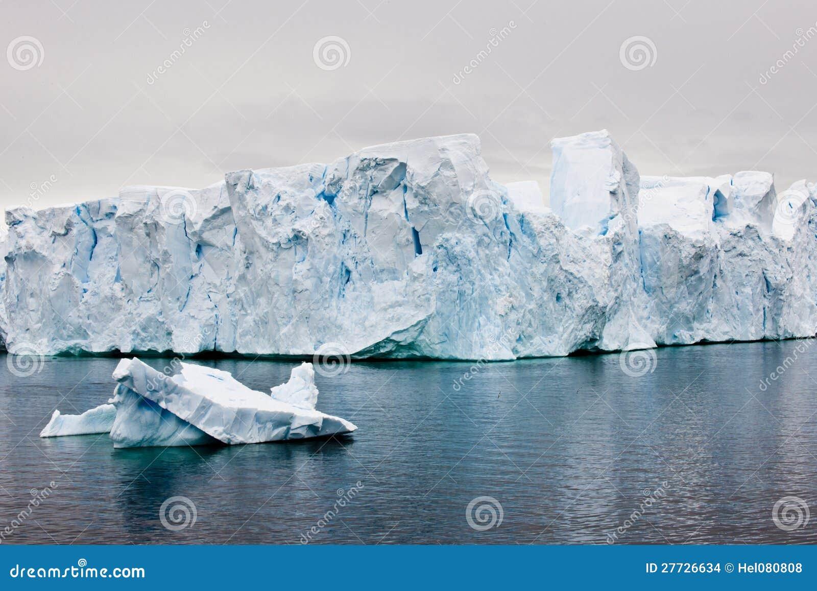 Schöne antarktische Eisberge mit Tierkreis in der Frontseite