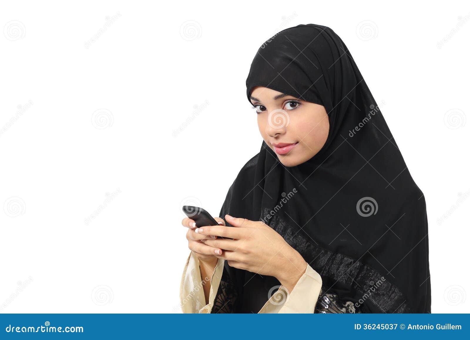 Schöne arabische Frau, die ihr intelligentes Telefon grast und zur Kamera schaut
