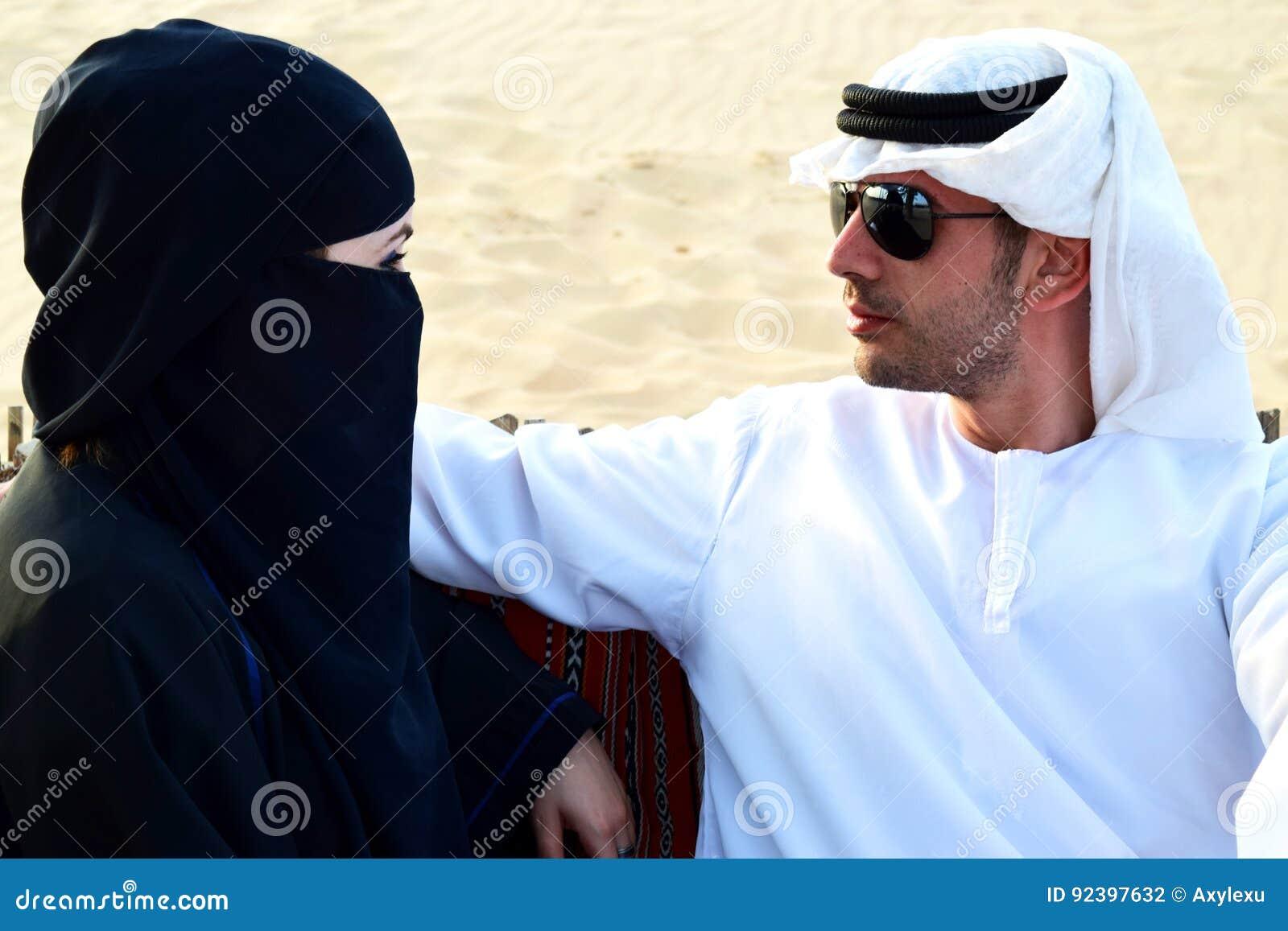 sch ne arabische frauen und ihr mann stockfoto bild 92397632. Black Bedroom Furniture Sets. Home Design Ideas