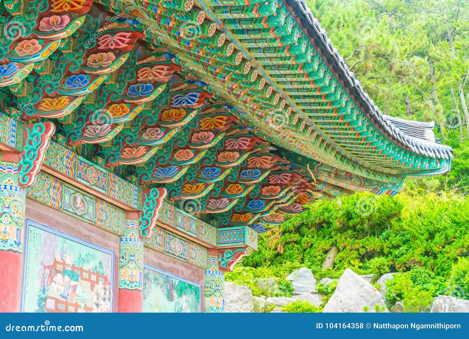 Schöne Architektur an Tempel Haedong Yonggungsa sitzt nach a