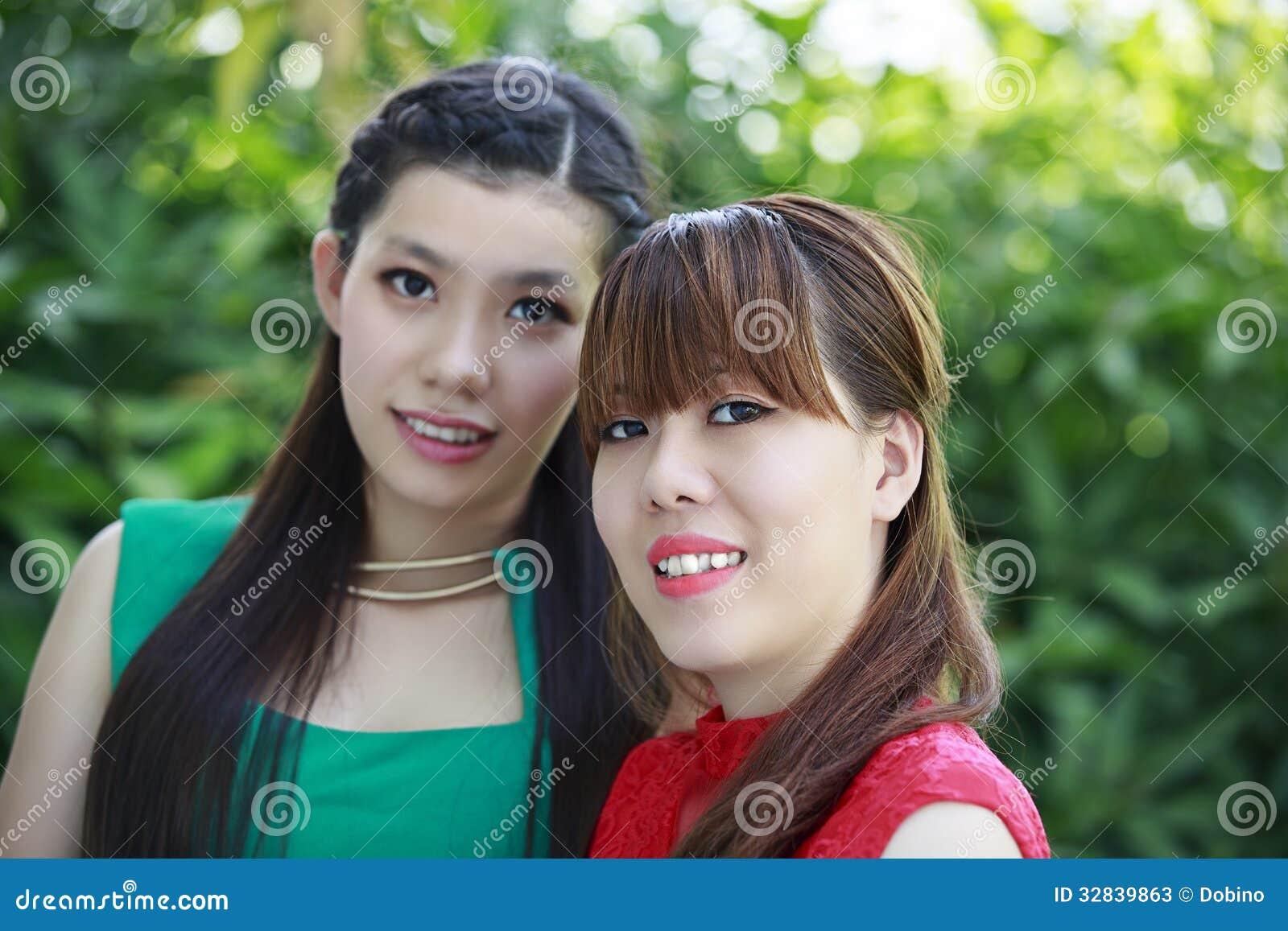 Porträt von zwei schönen asiatischen mädchen