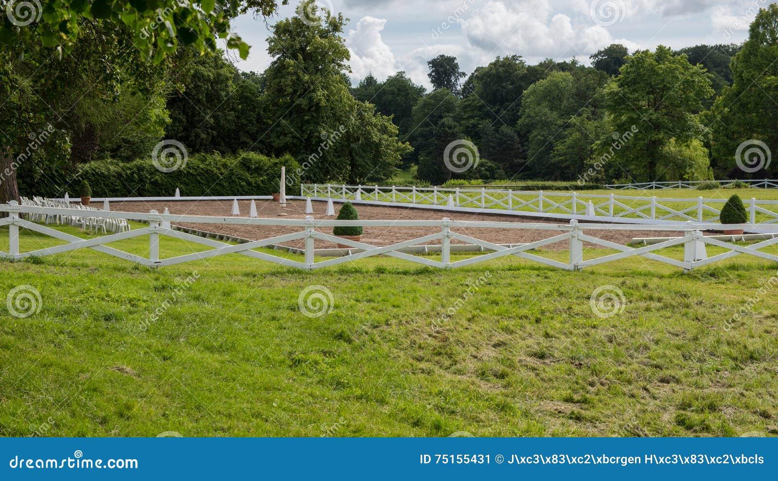 Schone Aussicht Auf Einem Leeren Reitplatz Mit Weissem Zaun Stockbild