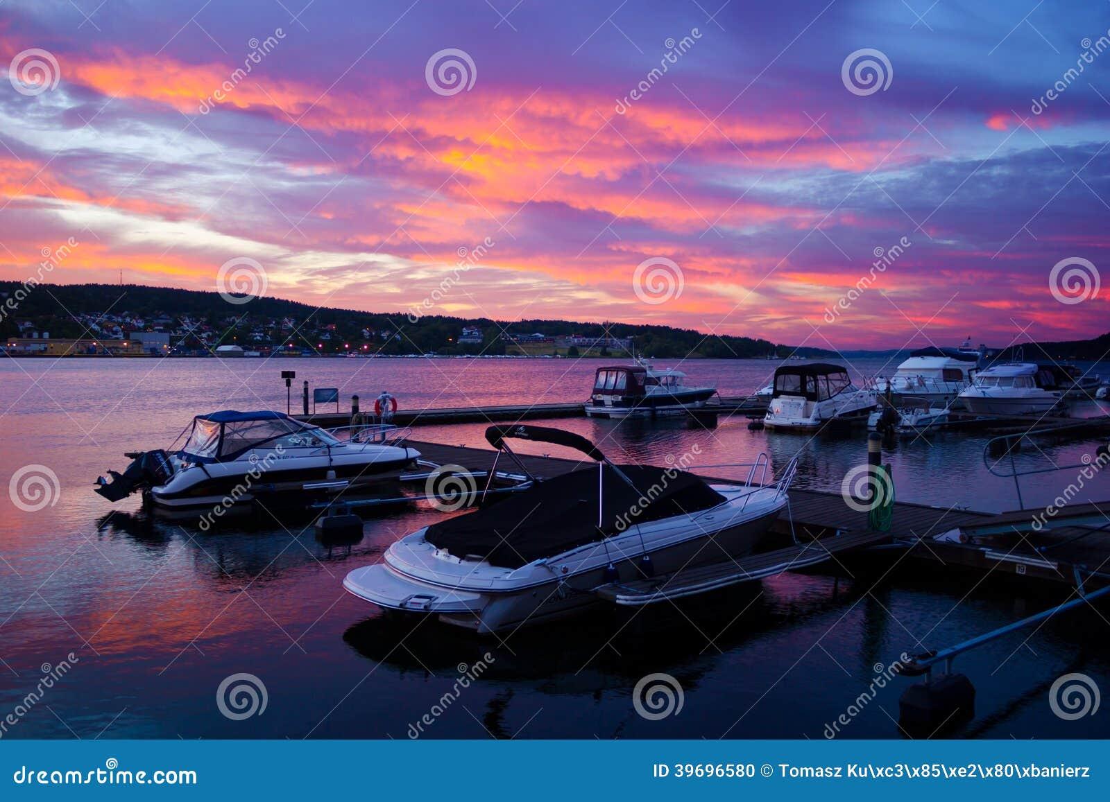 Schöne Aussicht des kleinen Hafens im Moos, Norwegen.
