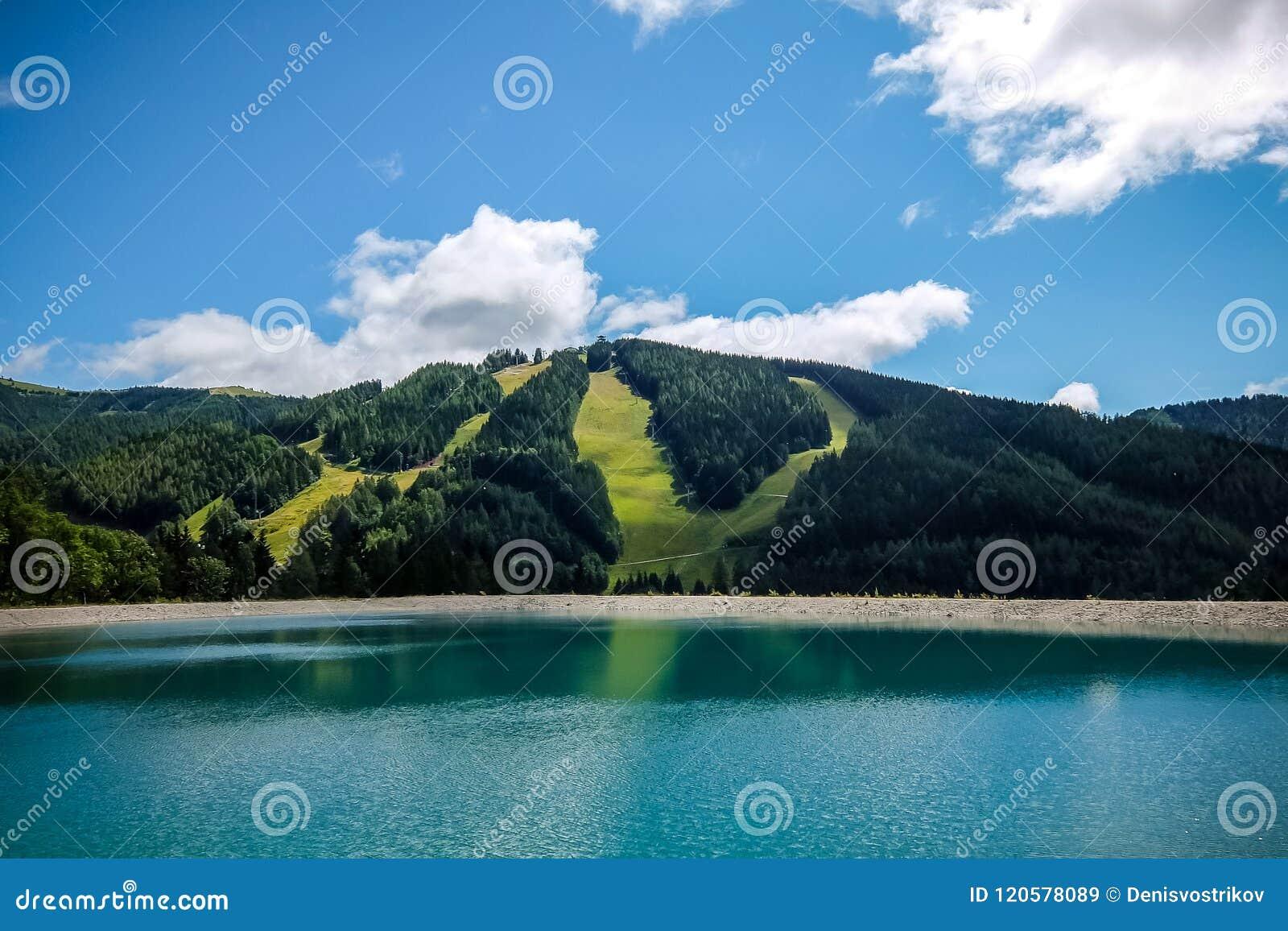 Schöne Berglandschaft mit Ansicht von See Speicherteich in den Alpen von Österreich