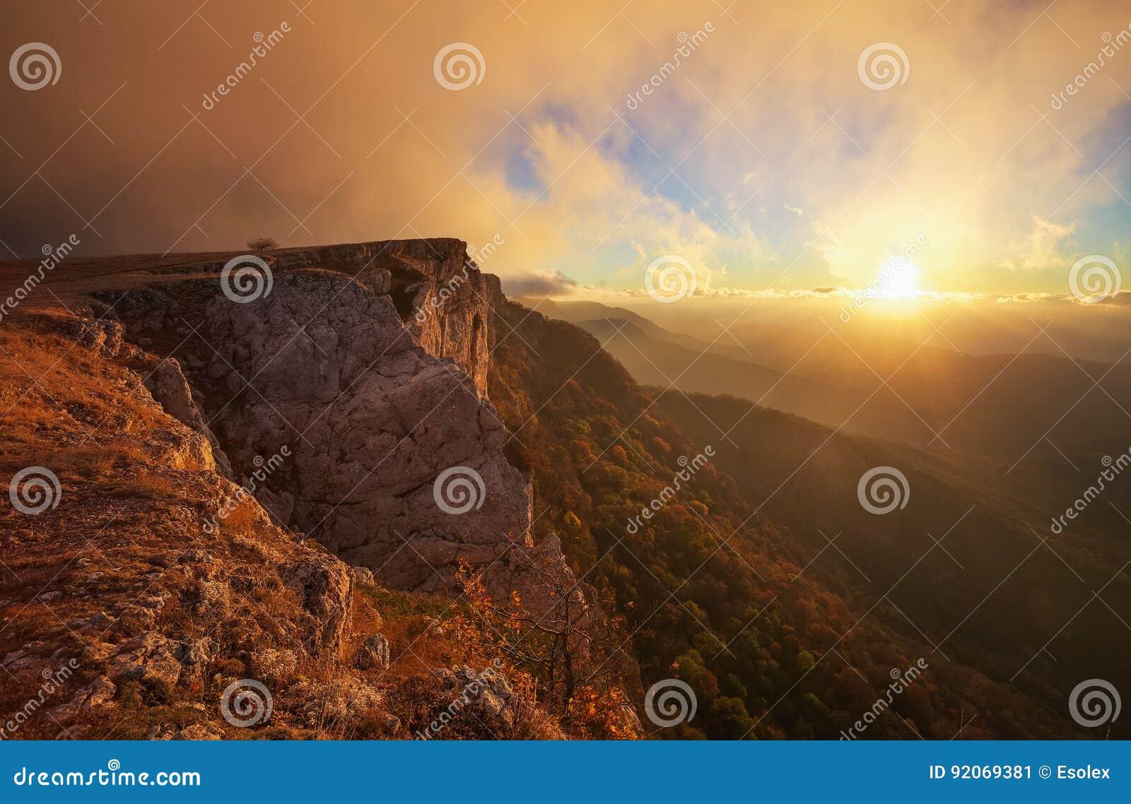 Schöne Berglandschaft während des Sonnenuntergangs