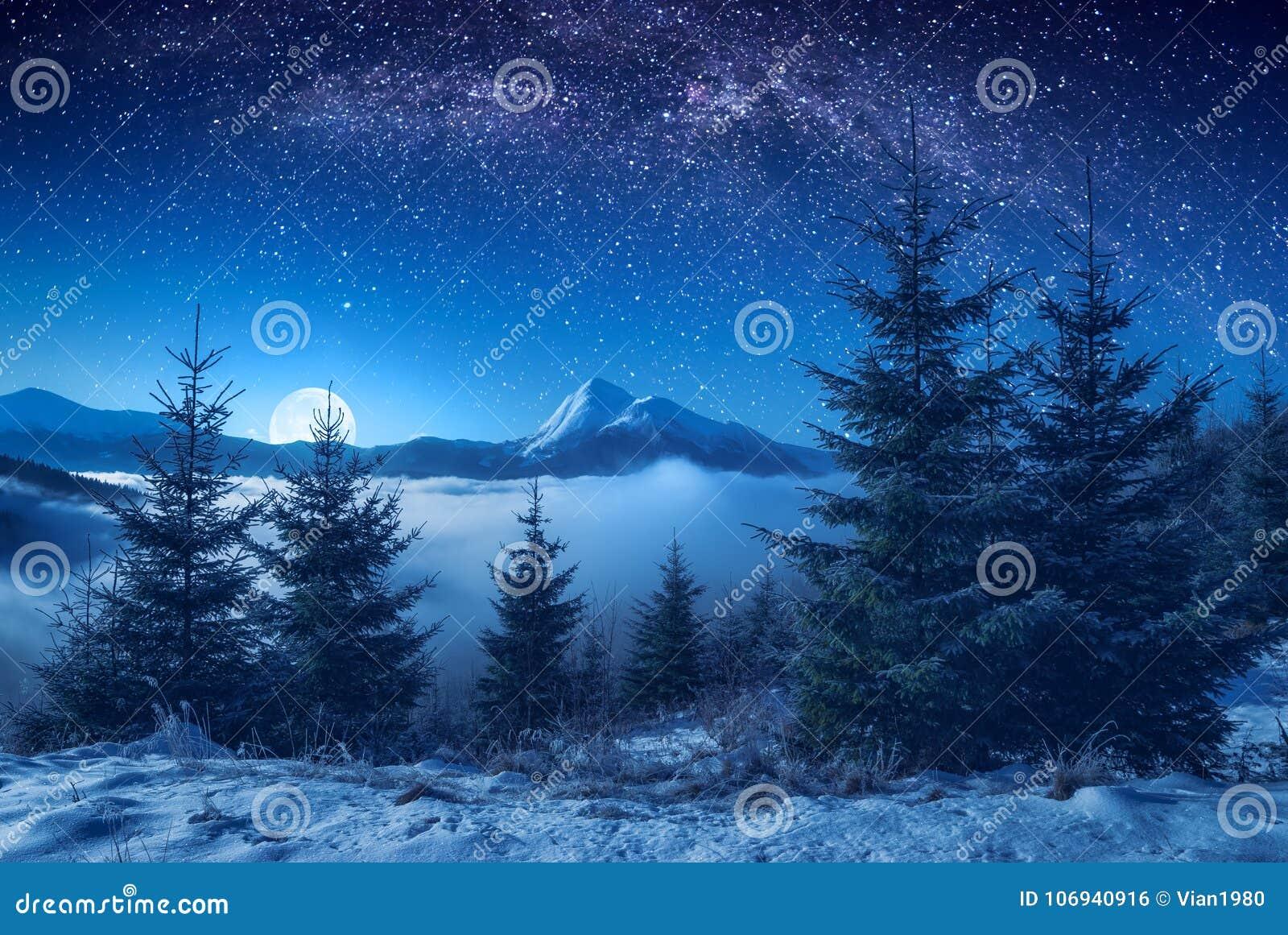 Schöne Bergspitze auf einem Horizont nachts