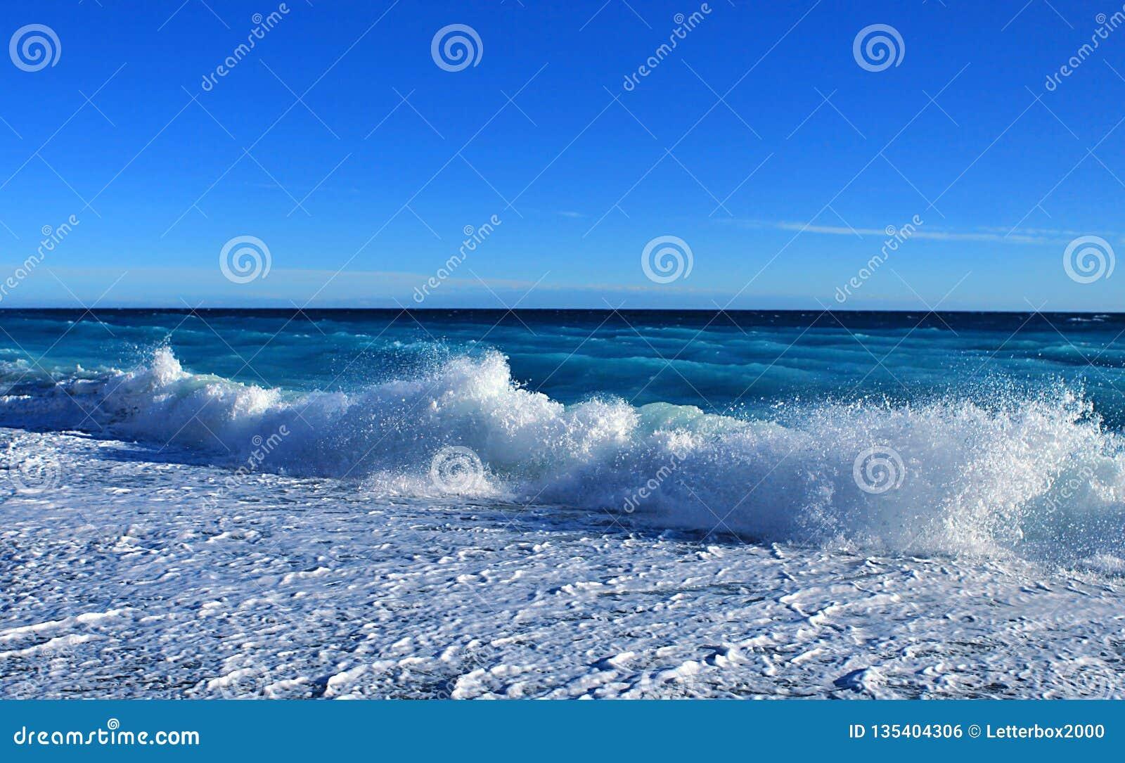 Schöne blaue Seewelle Cote d Azur, Mittelmeer