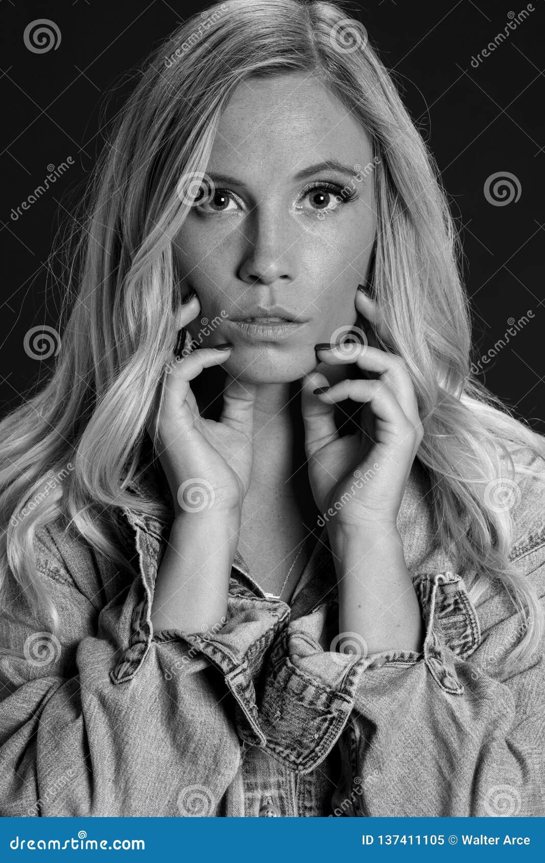 Schöne blonde Studio-Umwelt Modell-Posing Ins A