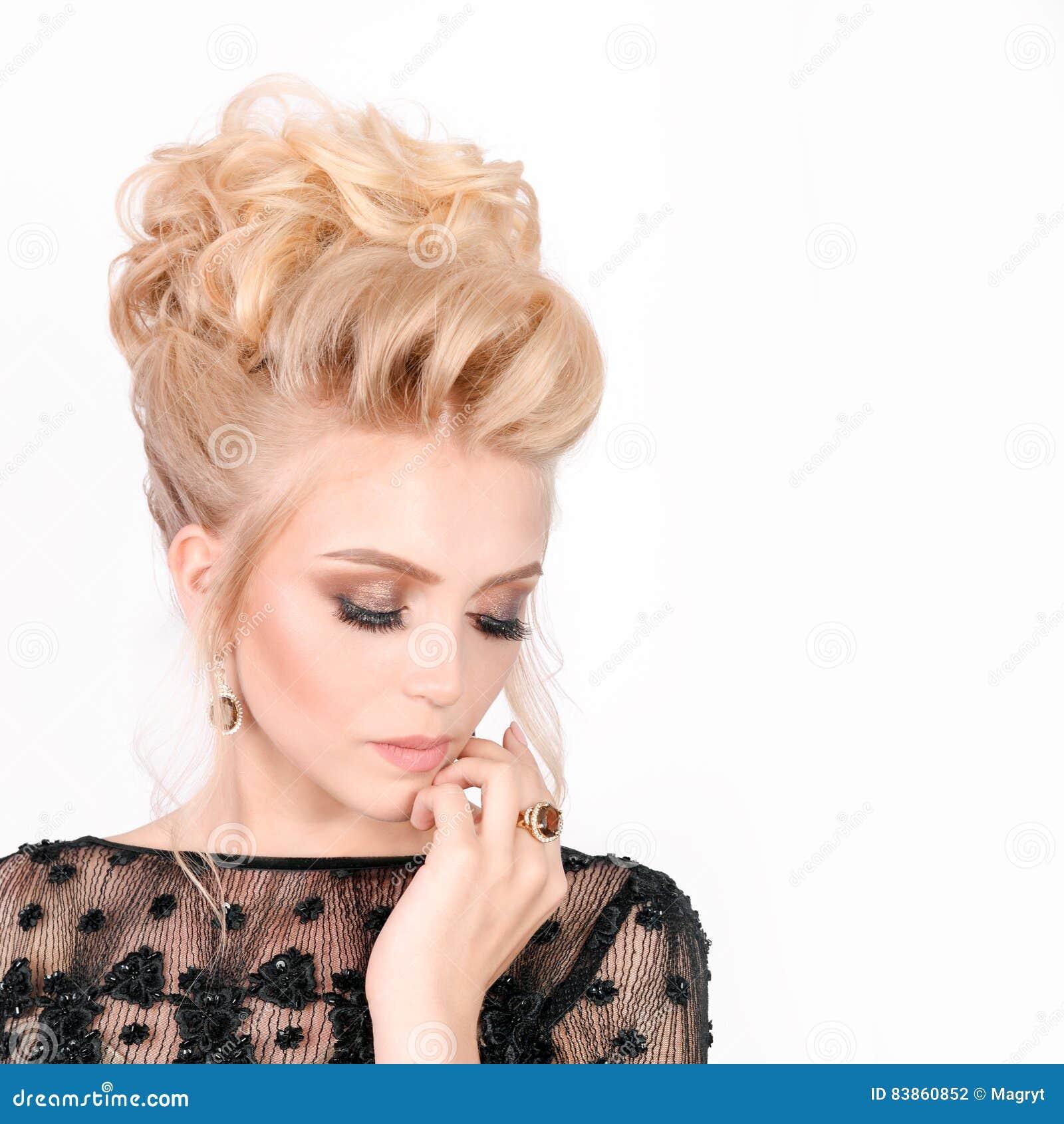 Schone Blondine Im Eleganten Schwarzen Abendkleid Mit Updo Frisur