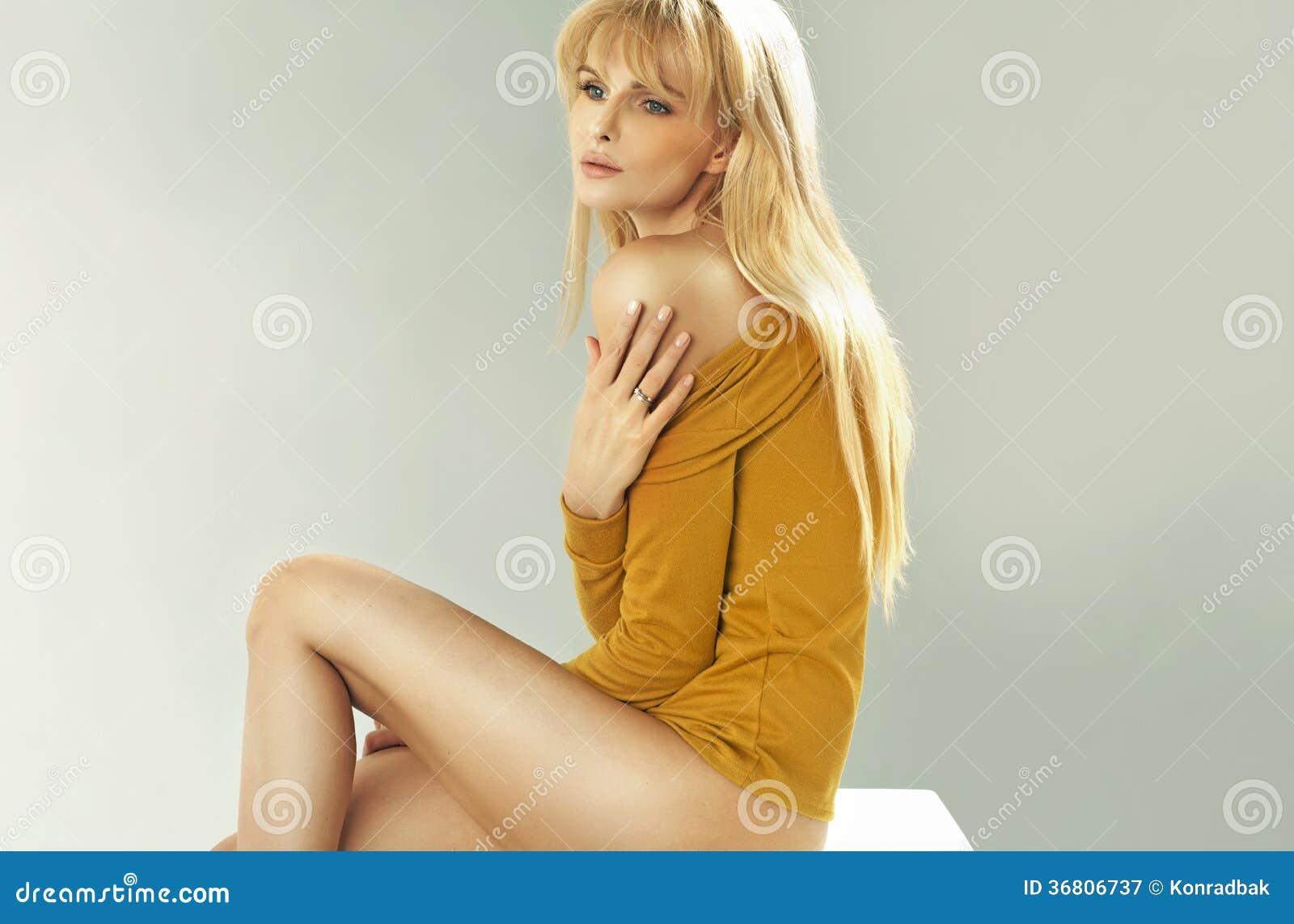 sch ne blondine mit perfektem k rper lizenzfreie. Black Bedroom Furniture Sets. Home Design Ideas