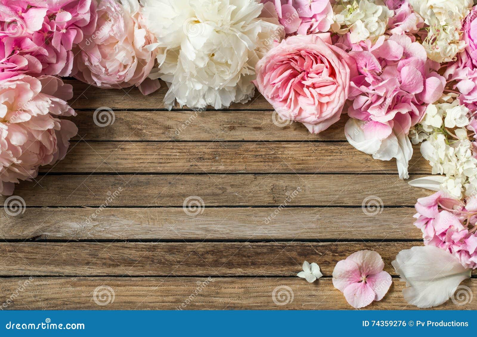 Schöne Blumen auf dem hölzernen Hintergrund, verschieden, Platz für Text, Nahaufnahme