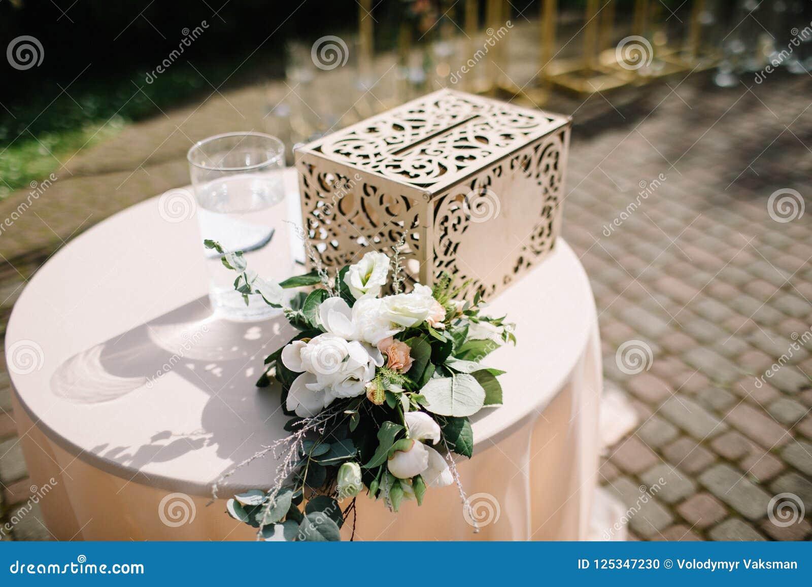 Schöne Blumendekorationen draußen Hochzeitszeremonie draußen