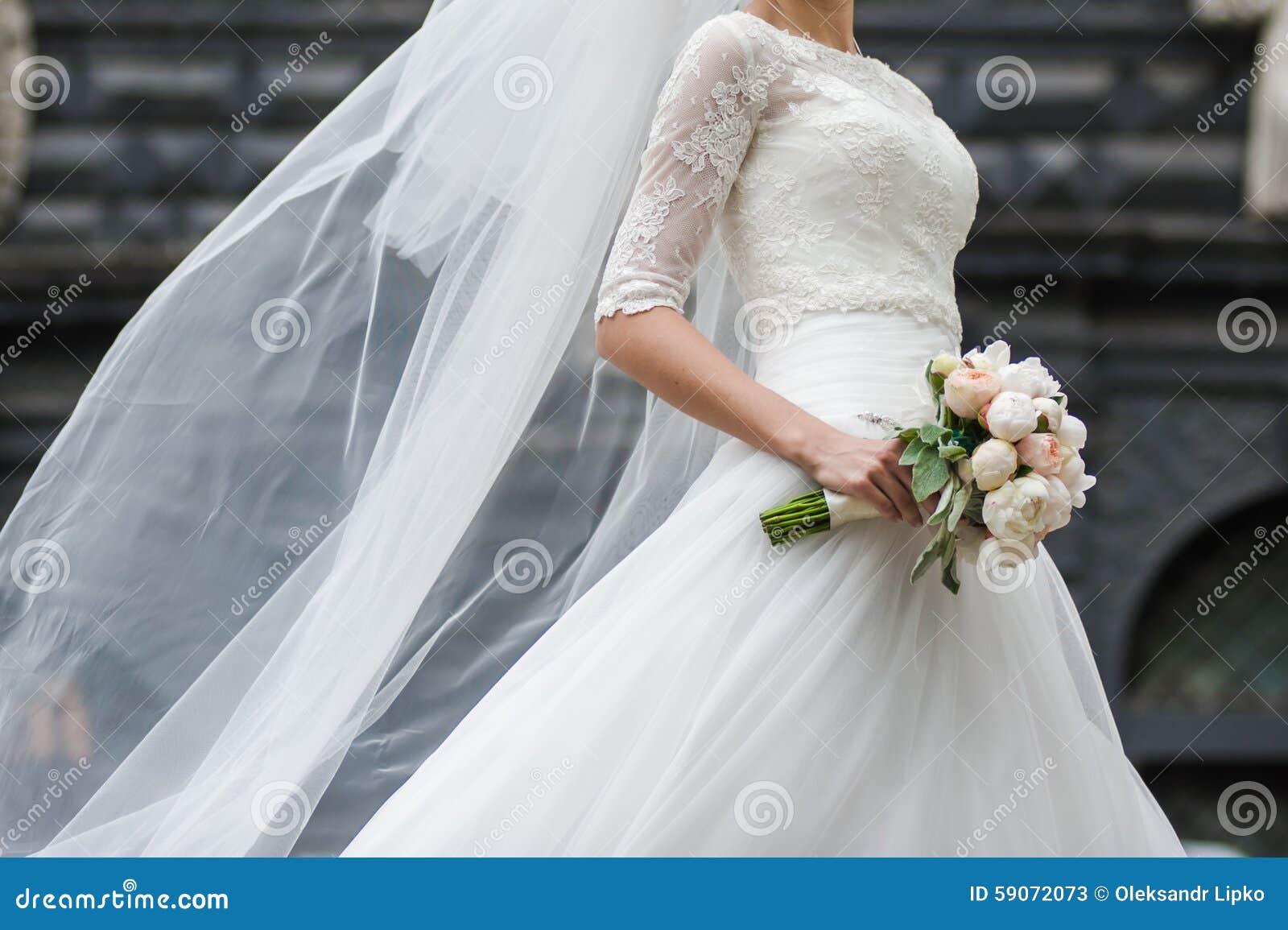 Schöne Blumensträuße von den Blumen bereit zur großen Hochzeitszeremonie