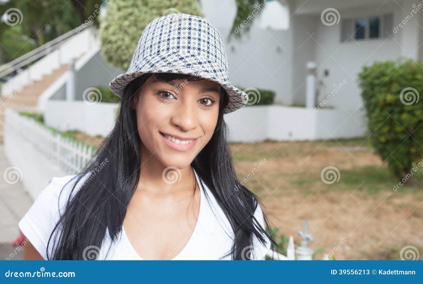 Schöne brasilianische Frau mit dem äußeren Lachen des Hutes über Kamera