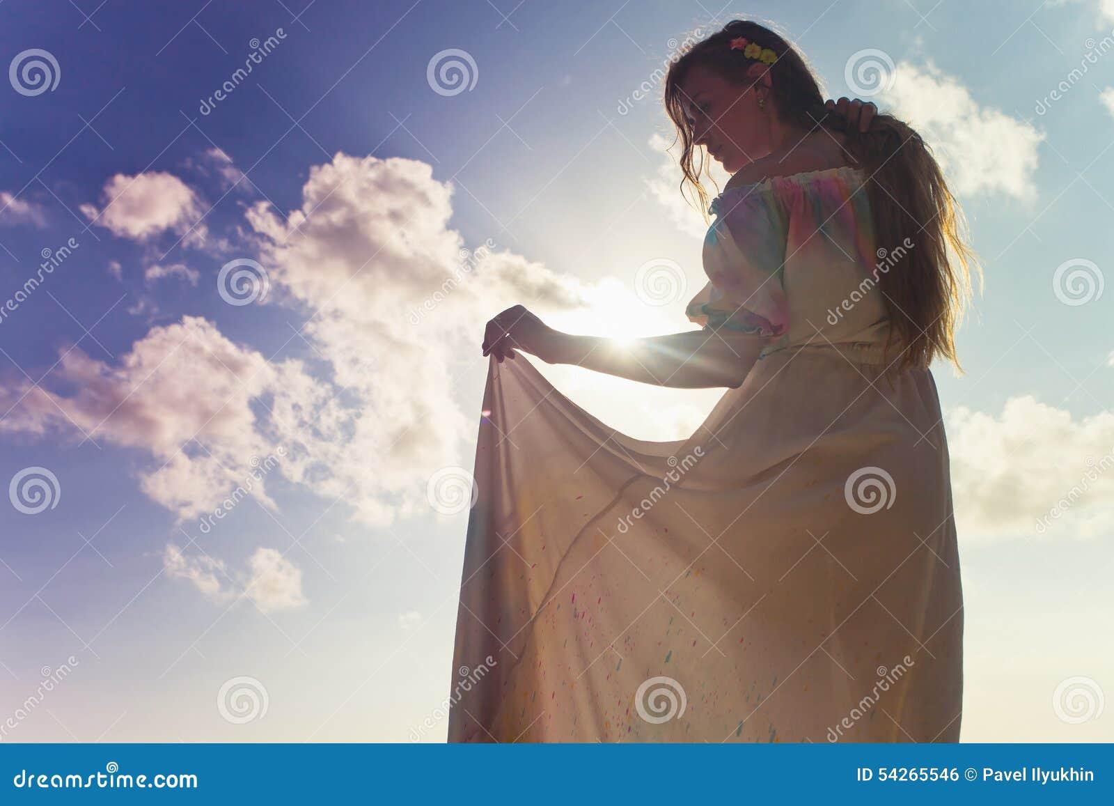 Schöne Braut gekleidet im Hochzeitskleid