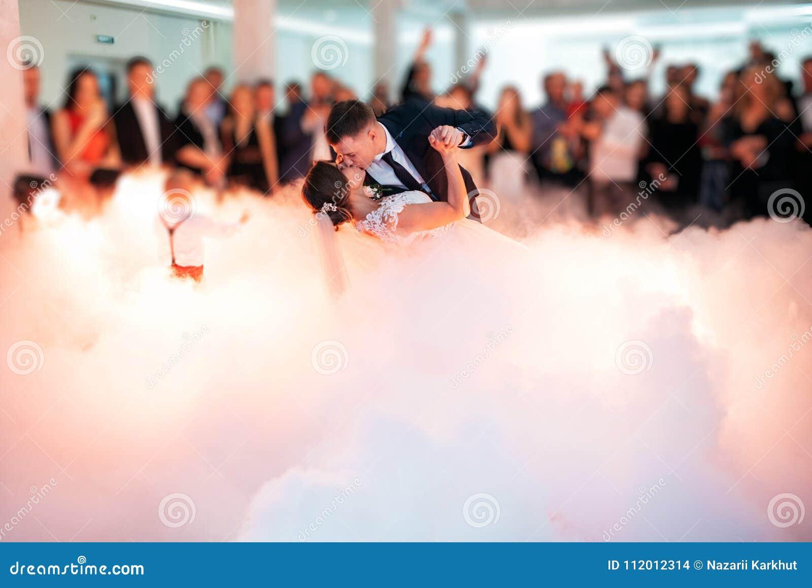 Schöne Braut und hübscher Bräutigam, die zuerst Tanz am Hochzeitsfest tanzt